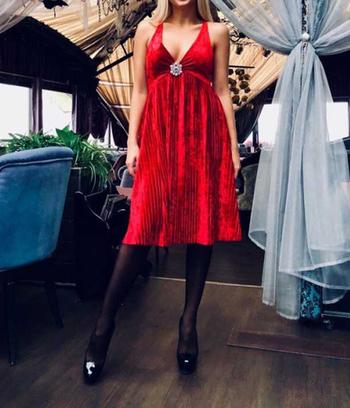 Платье из бархата плиссе с открытыми плечами и брошью
