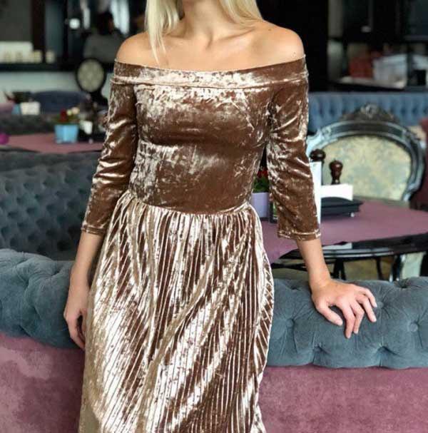 Платье из бархата плиссе с открытыми плечами и украшением на поясе