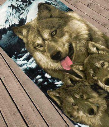 волки зимой, волки на снегу, пляжное полотенце