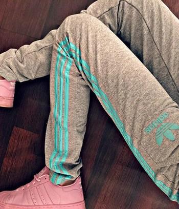 спортивные штаны адидас серые