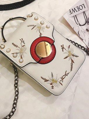 модная белая сумочка на цепочке
