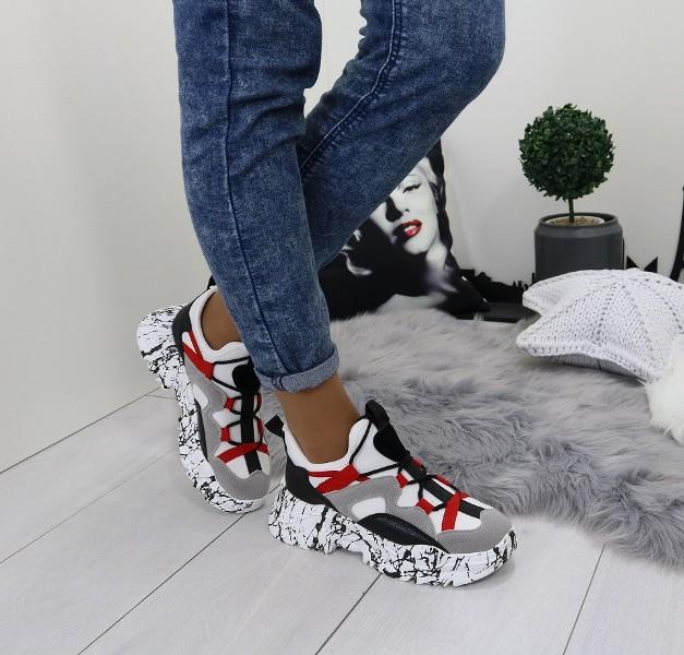 белые кроссовки с черно-красными вставками