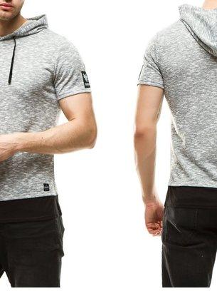 серая футболка с капюшоном, чёрная футболка с капюшоном
