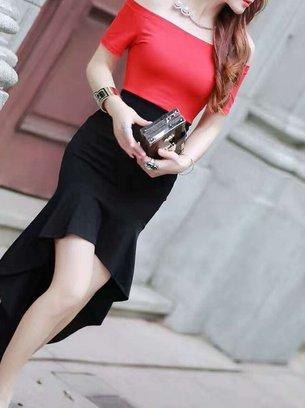 красное платье с черной юбкой
