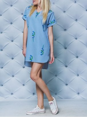 голубое платье с вышивкой