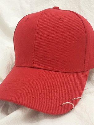черная бейсболка, розовая кепка, бордовая кепка