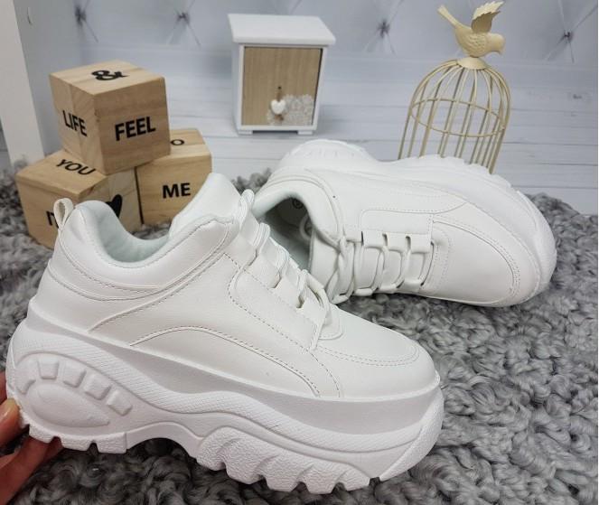 белые кроссовки на тракторной подошве