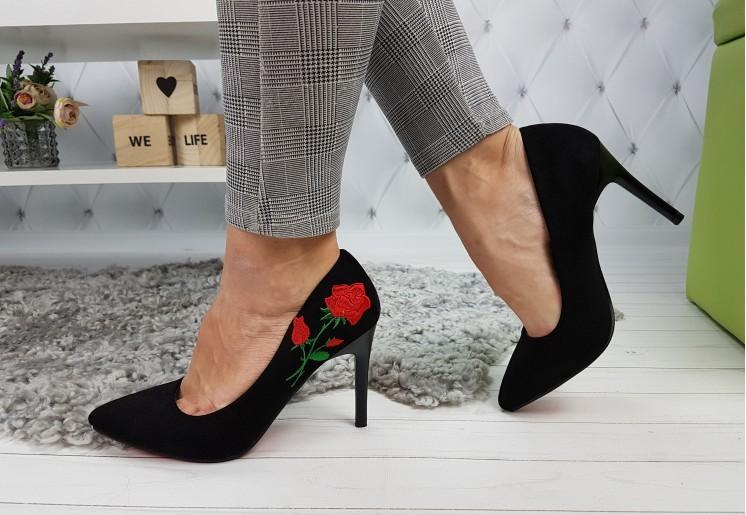 черные туфли с вышивкой