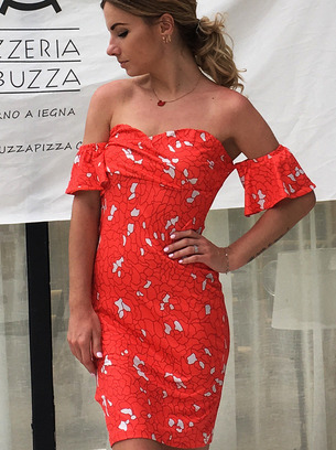 красное платье, платье с открытыми плечами