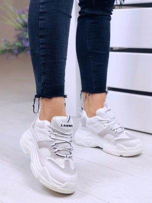 серо-белые кроссовки на массивной подошве