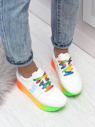 белые кроссовки с яркой подошвой