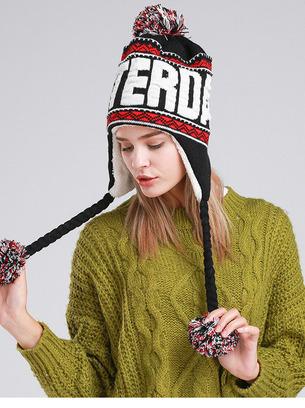 Утепленная шапочка с яркими помпонами