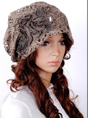 Ажурная женская шапка с нашивкой (цветами)