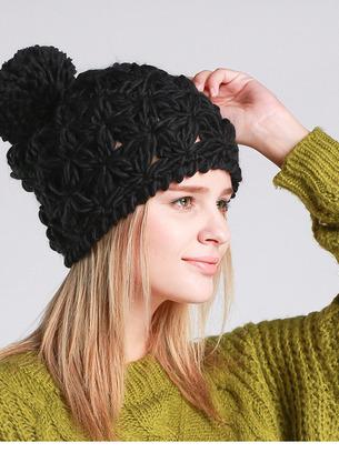 Красивая вязаная женская шапка