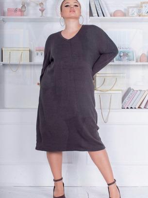 теплое батальное женское платье с вырезом