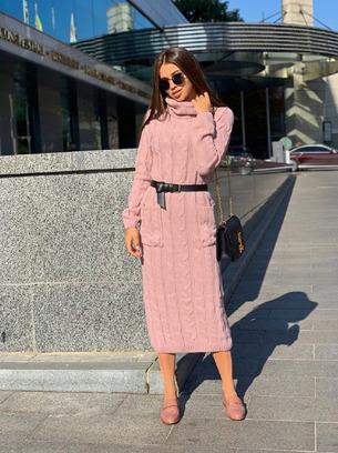 Теплое вязаное платье длинное под горло с карманами спереди