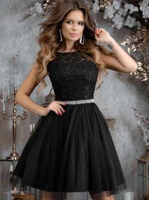 Прекрасное нарядное женское платье с блестящим ремешком