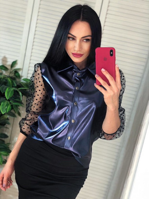 Шикарная женская рубашка из эко-кожи с рукавами из сетки в горошек