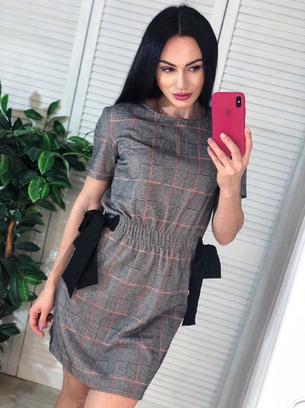 Красивое женское платье в клеточку с завязочками по бокам