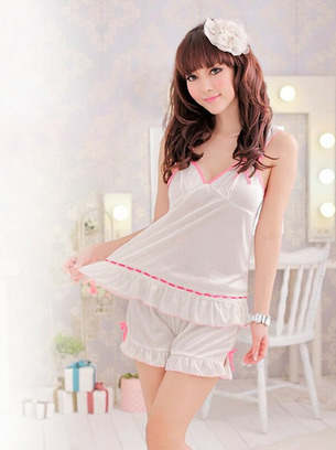 Симпатичная белая женская пижамка