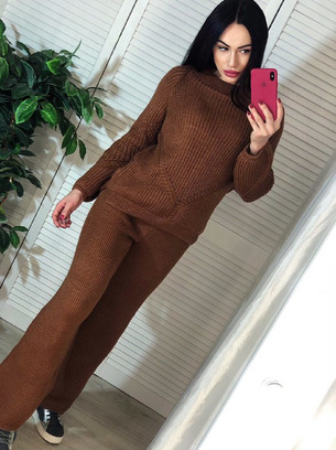 Теплый женский вязаный костюм с расклешенным штанами