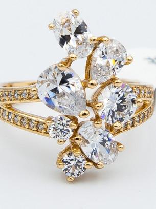 Красивое вечернее кольцо с белыми цирконами