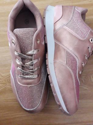 Симпатичные женские кроссовки с блестками