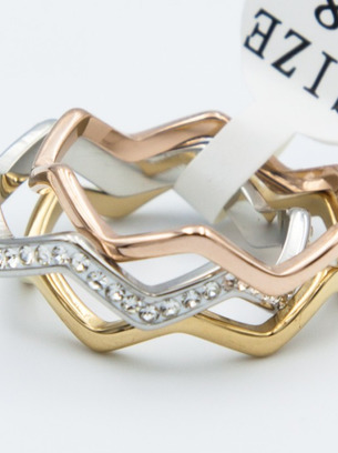 Красивое кольцо стальное с белыми цирконами