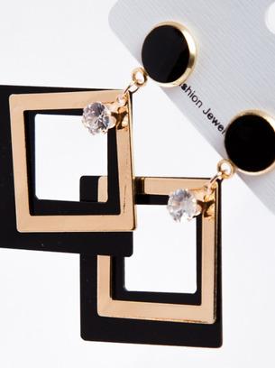 Интересные женские квадратные серьги с белым камнем