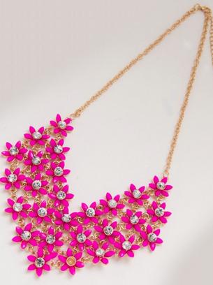 Красивая подвеска на золотой цепи с малиновыми цветочками