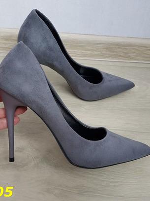 серые женские замшевые туфли