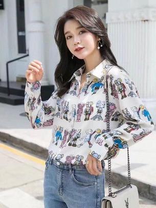 Модная женская рубашка с ярким рисунком