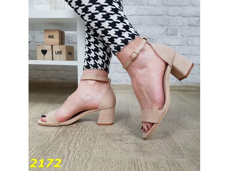 Классические женские замшевые босоножки на низком широком каблуке с тонкой лямкой