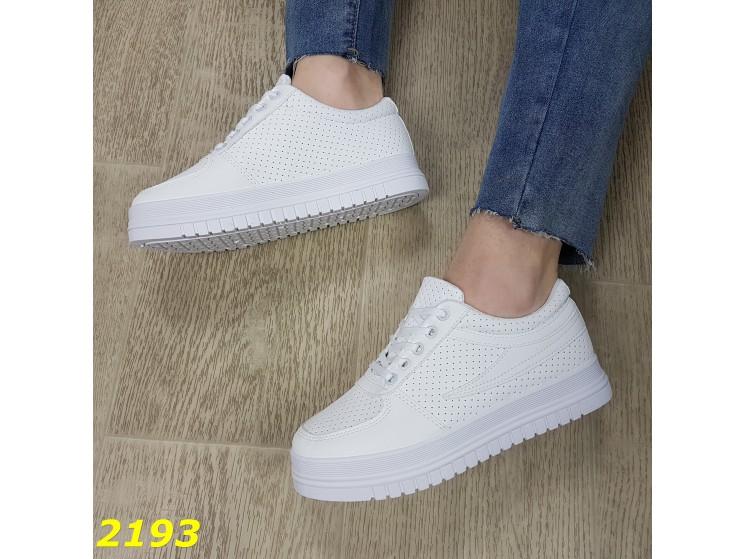 белые кроссовки с перфорацией