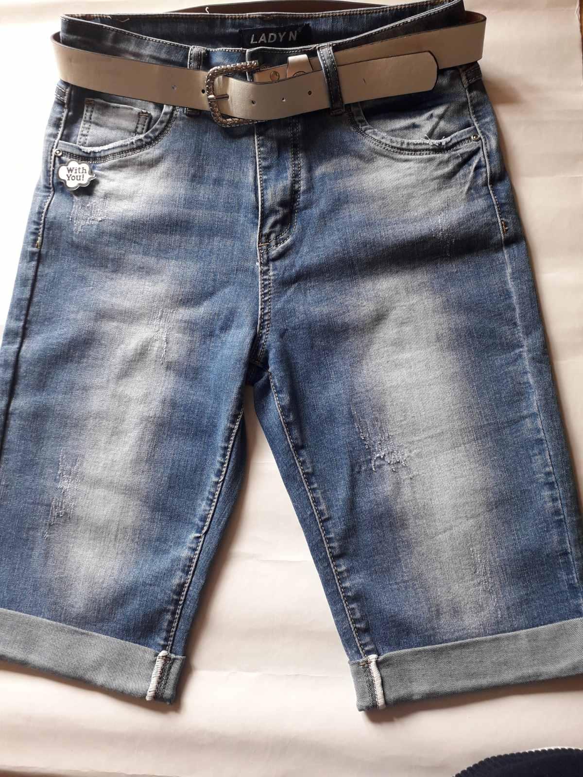 Стильные женские джинсовые бриджи с потертостями