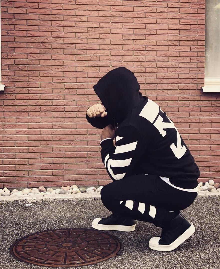 чёрный спортивный костюм с принтом