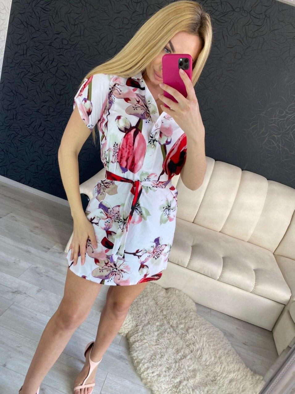 Яркое женское платье-рубашка с коротким рукавом