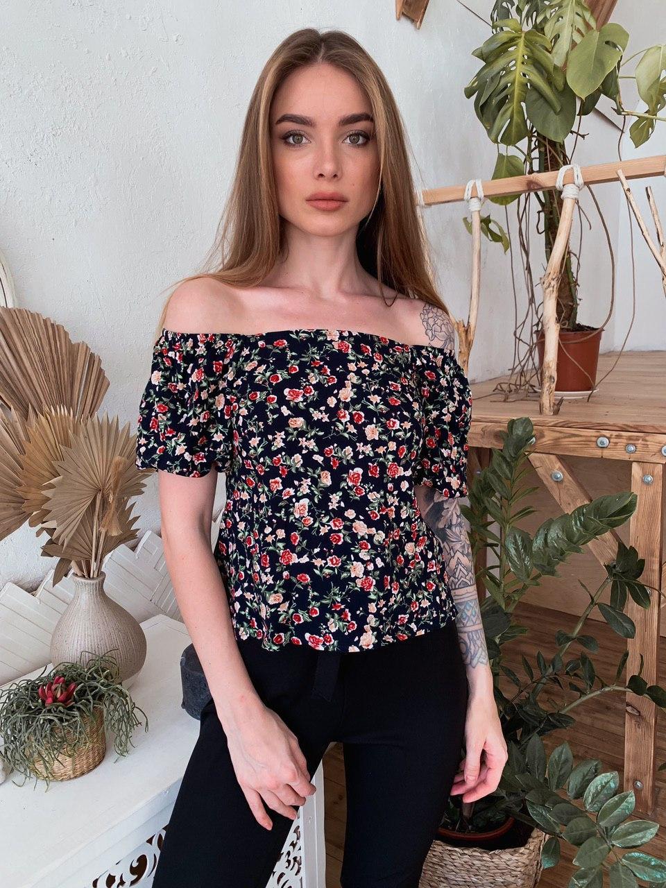 Шикарная блузка с мелким узором с резинкой на спинке