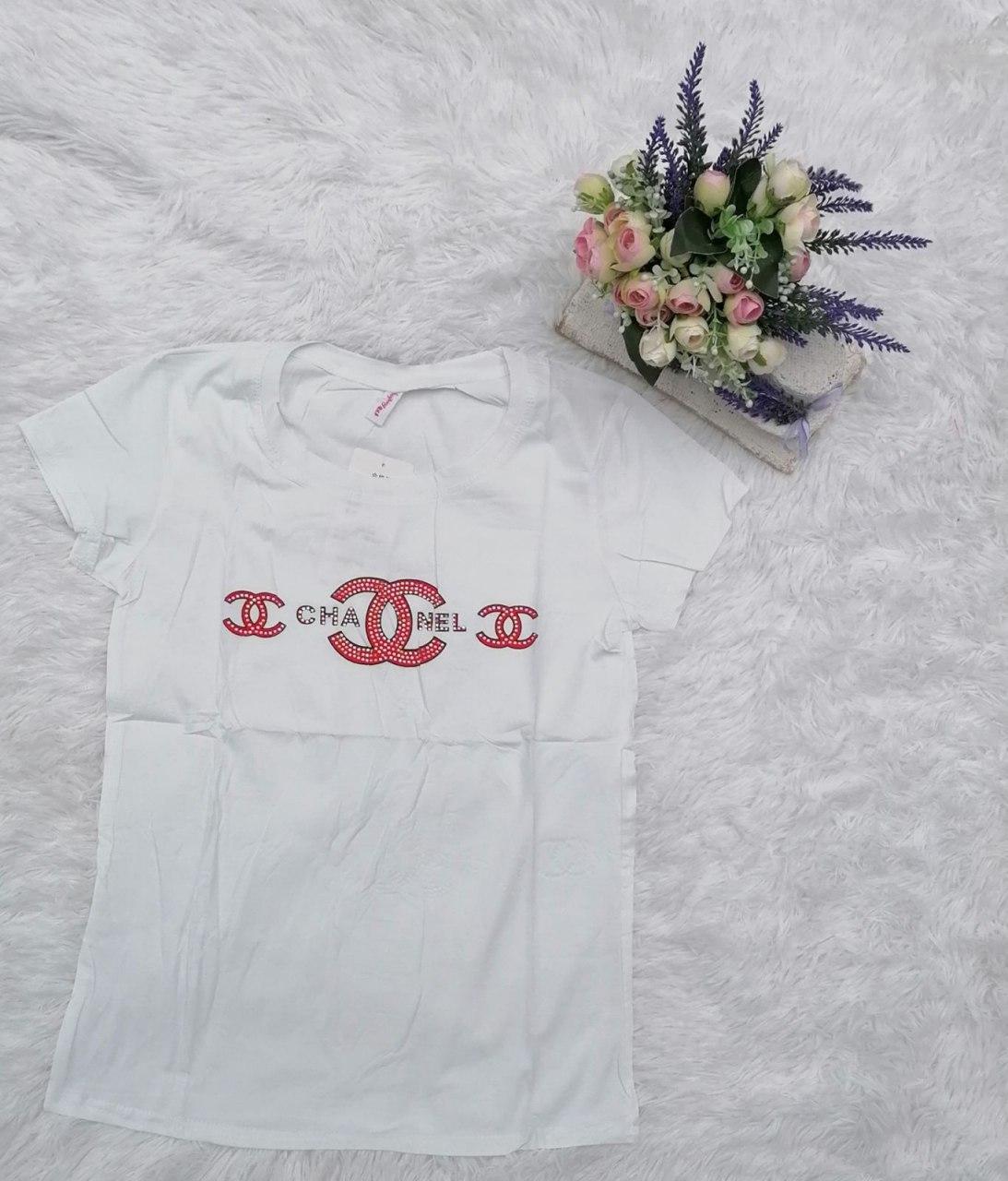 Красивая женская базовая футболка со стразами