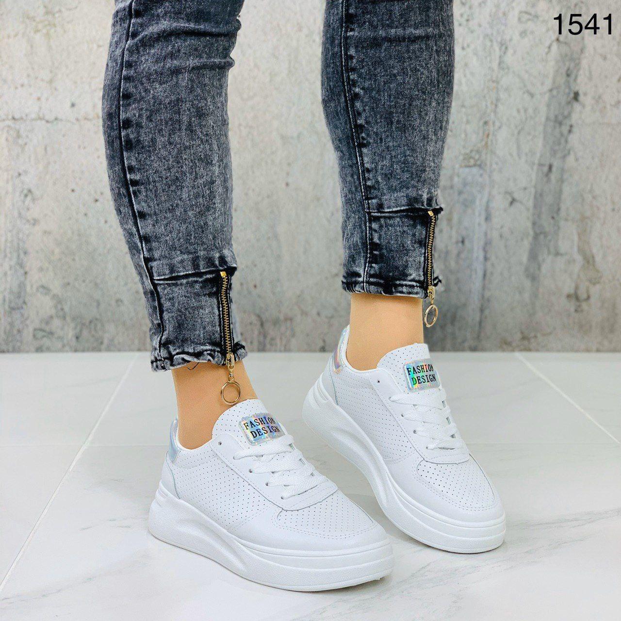 Крутые женские белые кроссовки с перфорацией