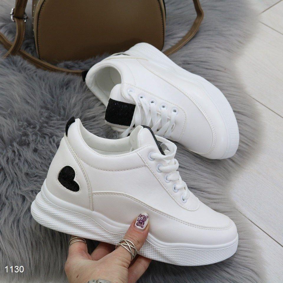 Стильные женские кроссовки на высокой платформе с сердечком
