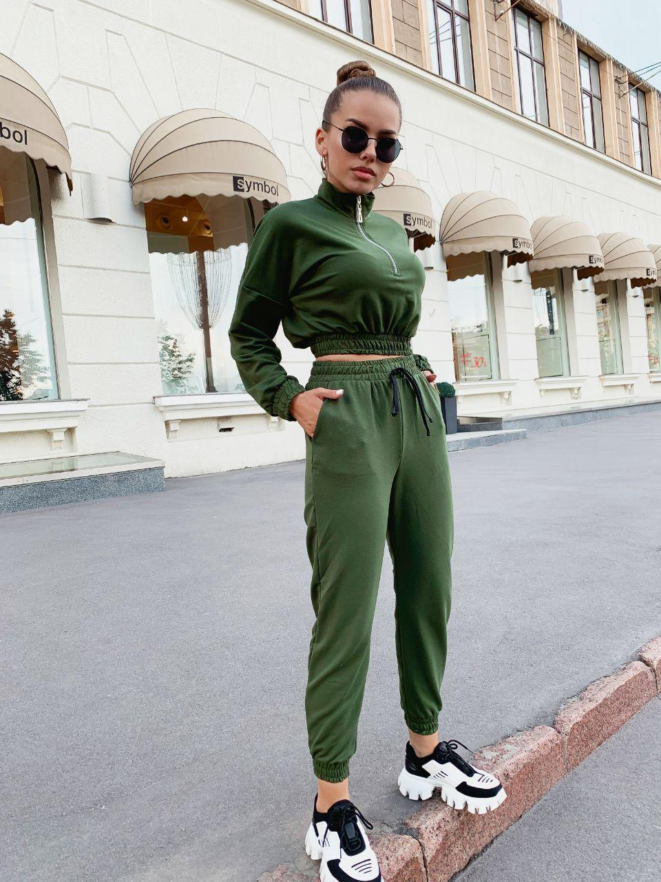 Яркий крутой женской костюм с укороченной кофтой