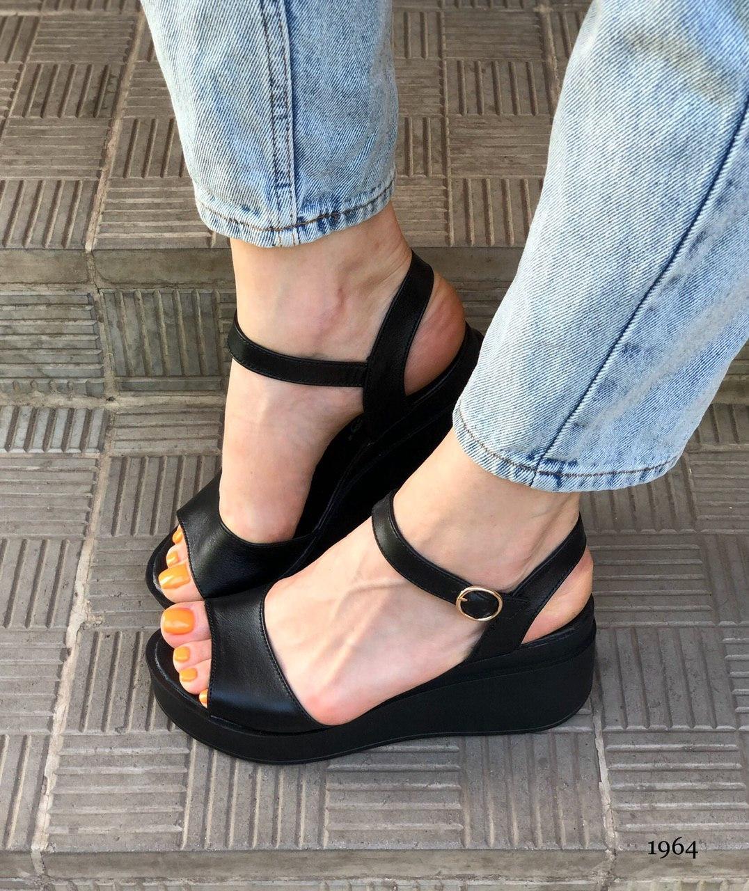 Удобные женские сандалии на танкетке из натуральной кожи