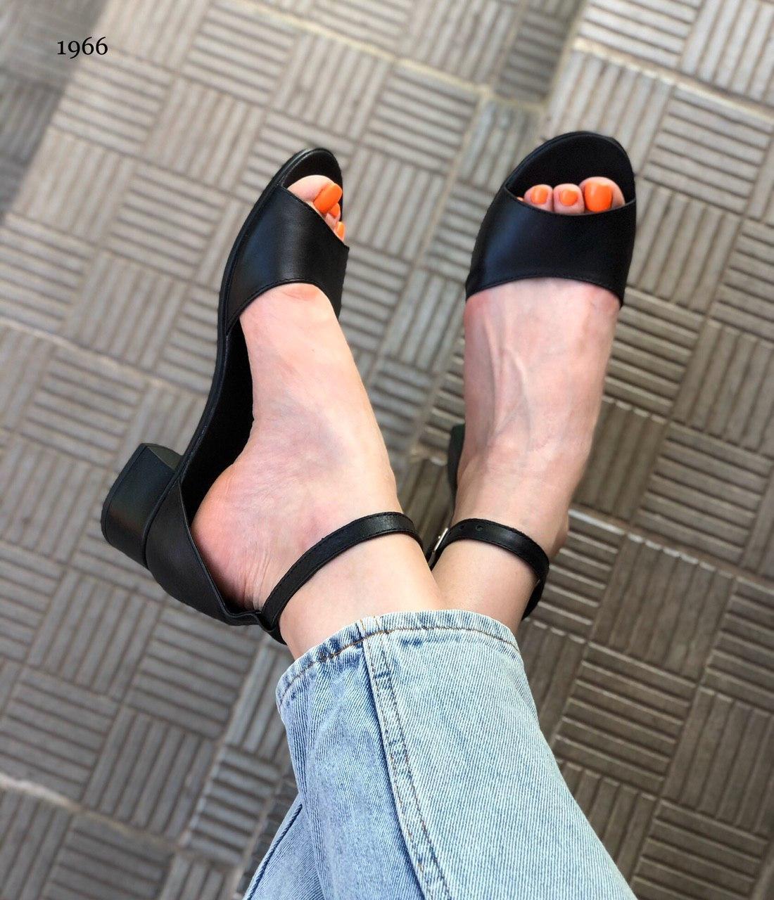 Стильные женские летние босоножки на маленьком квадратном каблуке