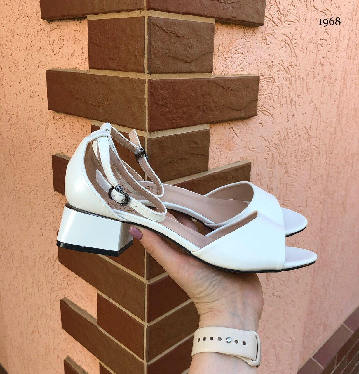 Красивые летние женские босоножки на невысоком каблуке