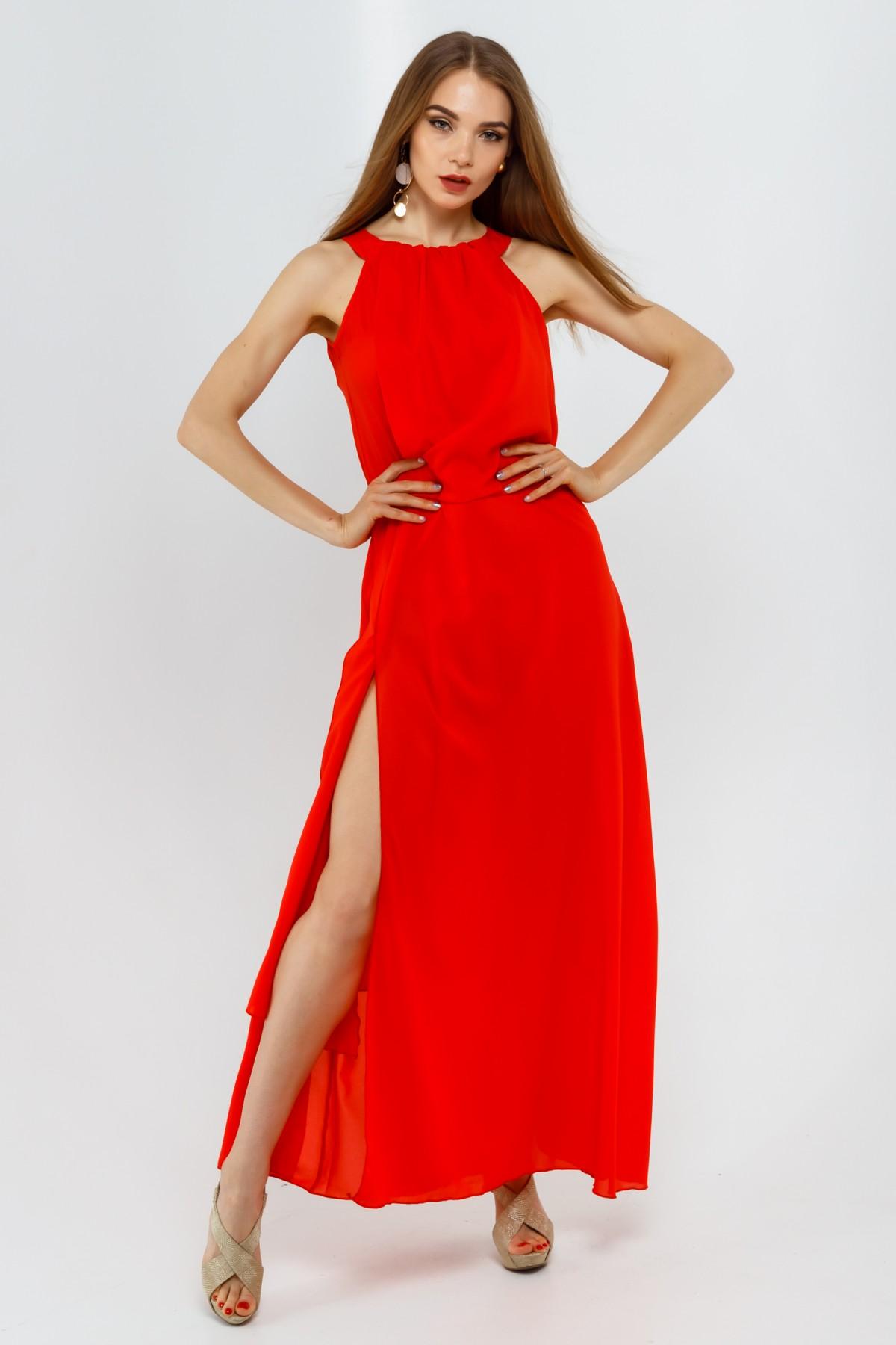 Летнее лаконичное платье-макси с двойной юбкой и высоким разрезом спереди
