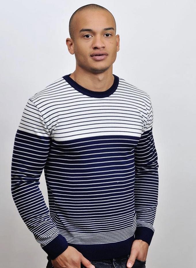 модный мужской свитер полоса