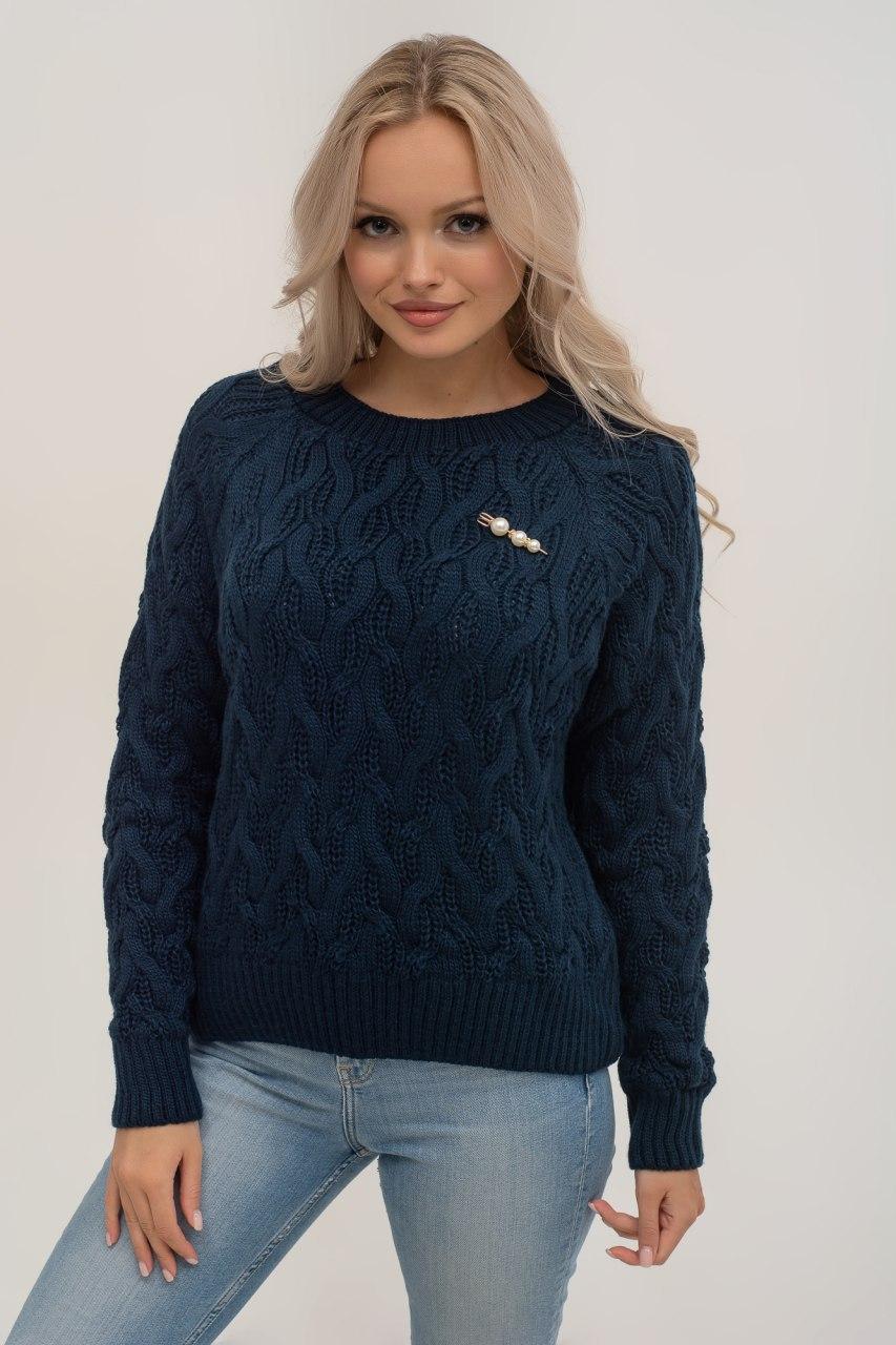 Теплый осенний женский свитер c брошкой