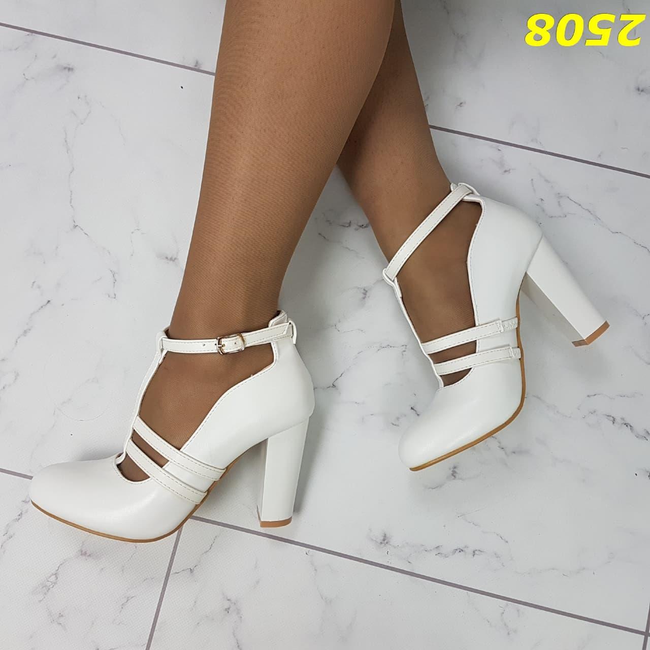 Белые туфли на широком каблуке с ремешком застежко ...
