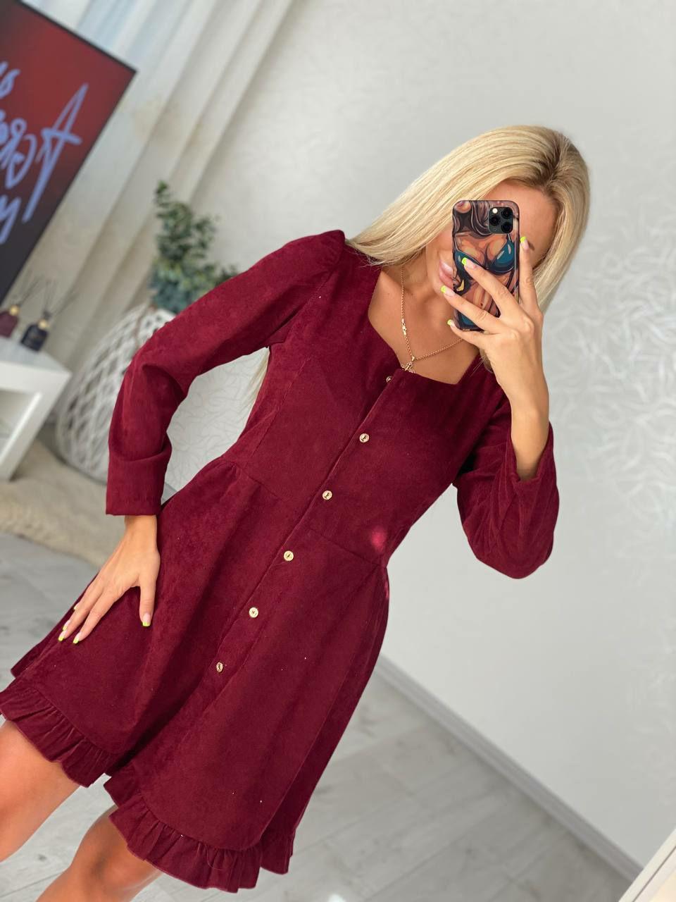 Красивое платье из вельвета с длинным рукавом